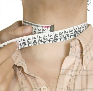 measuring the circumference of the neck